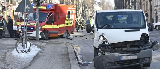 Ein Zusammenstoß zwischen einem Rettungswagen im Einsatz und einem Transporter., © Foto: Berufsfeuerwehr München