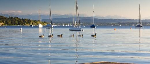 © Der Blick auf den Ammersee in Herrsching. Der Ammersee ist der drittgrößte See Bayerns.
