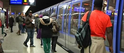 U-Bahn Haltestelle - Menschnen beim Einsteigen, © Die U5 soll in Zukunft bist nach Pasing fahren.