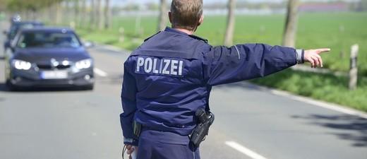 Polizist kontrolliert Autofahrer, © Nicht wenige Bürger und Politiker würden im Verkehr gern die ganz harte Schiene fahren. Doch wo soll das enden? fotolia.com © Gerhard Seybert