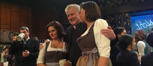 Ministerpräsident Horst Seehofer zusammen mit Wirtschaftsministerin Ilse Aigner (rechts) und ihrem Double bei der Starkbierprobe 2017., © Ministerpräsident Horst Seehofer zusammen mit Wirtschaftsministerin Ilse Aigner (rechts) und ihrem Double.
