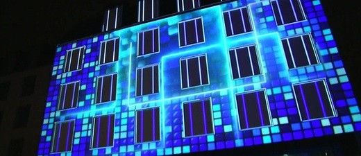 Sana Klinik wird mit einer Lichtshow bestrahlt