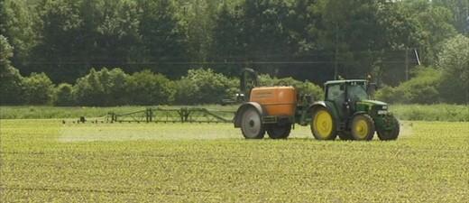 Ein Traktor fährt über ein Feld, © Symbolbild.