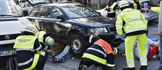 Unfall an der Schäftlarnstraße - Motorradfahrer unter Auto eingeklämmt, © Foto: Berufsfeuerwehr München