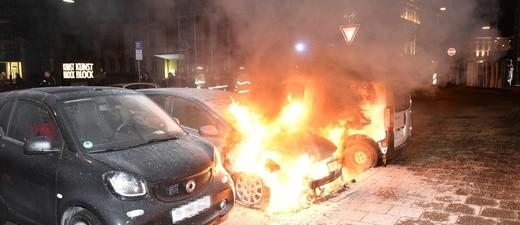Ein brennendes Auto in der Innenstadt., © Symbolfoto