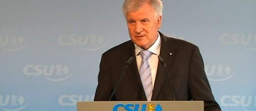Horst Seehofer steht am Podium, © Horst Seehofer