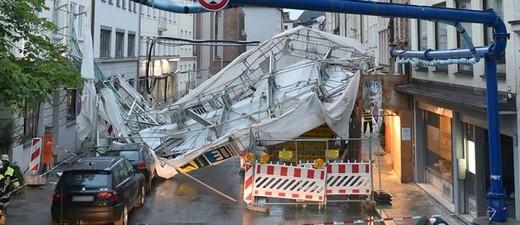 Die Windböe hat ein ganzes Baugerüst umgeweht, © Foto der Berufsfeuerwehr München