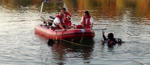 Taucher der Wasserwacht mit Boot, © Symbolfoto - Taucher der Wasserwacht mit Boot