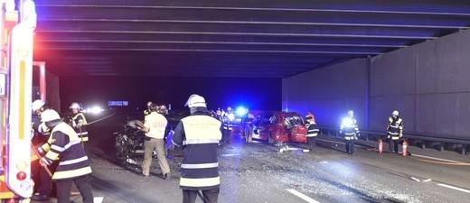 Unfallstelle mit Feuerwehreinsatzkräften und roten Unfallauto unter Straßentunnel, © Feuerwehr München