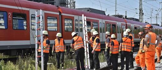 Die Feuerwehr musste rund 200 Reisende aus einer S-Bahn befreien., © Die Feuerwehr musste am Leuchtenbergring rund 200 Reisende aus einer S-Bahn befreien. Foto: Berufsfeuerwehr München