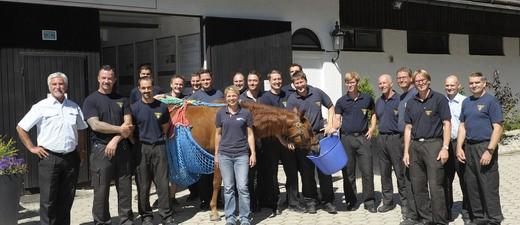 Gruppenfoto der Feuerwehr München bei der Pferdeklinik Aschheim, © Branddirektion München