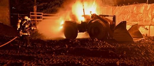© Die brennenden Baustellen-Fahrzeuge - Foto: Berufsfeuerwehr München