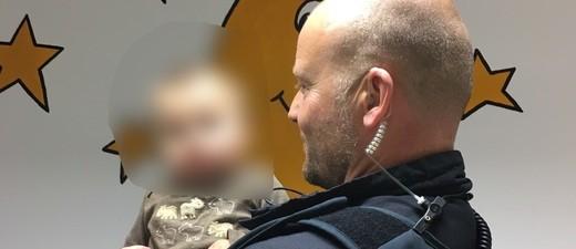 © Ein Beamter mit dem Baby - Foto der Bundespolizei