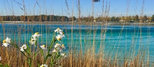 Hubschrauber über einem See