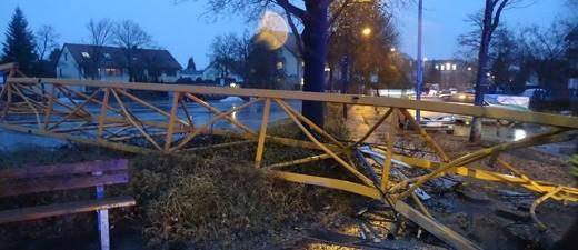 Der Kran brach aus der Verankerung und zerstörte den Gehweg, © Foto: Polizeiinspektion Germering