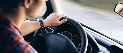 Ein Jugendlicher fährt Auto, © Symbolfoto