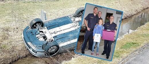 Die 10-Jährige hat eine Rentnerin bei diesem Unfall auf dem Auto befreit