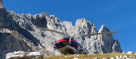Ein Hubschrauber im Rettungseinsatz auf einem Berg, © Symbolfoto