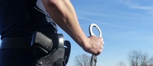 Polizist mit Handschellen, © Symbolfoto