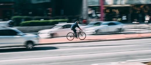 Schneller Fahrradfahrer auf der Straße, © Symbolbild
