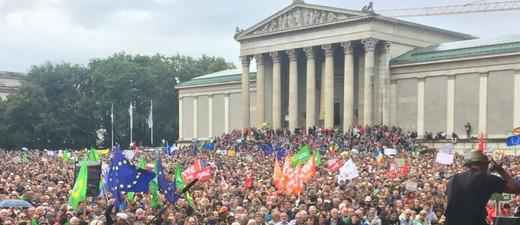 Demo 2ausgehetzt2 am Königsplatz in München - Blick auf Menschenmenge
