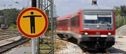 Ein Zug fährt an einem Warnhinweis vorbei, dass die Gleise nicht betreten werden sollen., © Symbolfoto