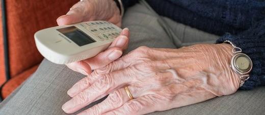 Eine Oma wurde durch den Enkeltrick reingelegt und um ihren Goldschmuck gebracht., © Symbolbild