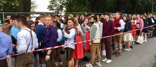 wartende Gäste vor der Theresienwiese - Oktoberfest 2018