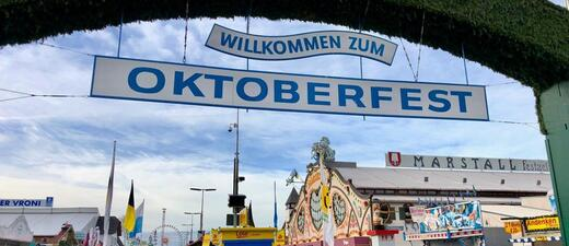 Eingang mit Schild -Willkommen zum Oktoberfest 2018.