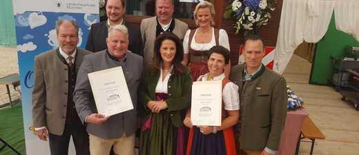 Die Wirte des Schottenhamel und Armbrustschützenzelts bei der Verleihung der Auszeichnung: Ausgezeichnetes Bayerisches Festzelt