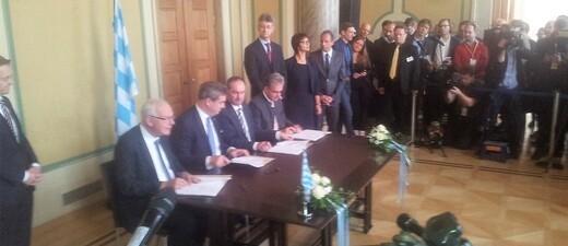CSU und Freie Wähler unterzeichnen im Bayerischen Landtag den Koalitionsvertrag