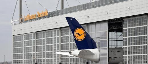 Ein Flugzeug ist zu groß, es schaut aus der Halle der Lufthansa raus, © Flughafen München