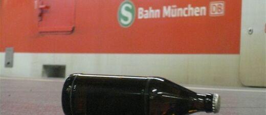 Eine geschlossene Bierflasche liegt am Boden einer S-Bahnhaltestelle in München, © Bundespolizei / Symbolbild