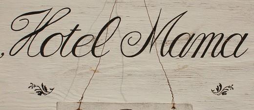 Schild: Hotel Mama