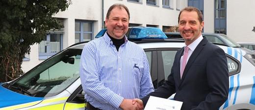 © Kriminaloberrat Thomas Weber bei der Übergabe der Urkunde an Herrn Köttner - Bild: Polizei