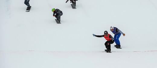 Martin Nörl rast als erster über die Ziellinie, © © Miha Matavz/FIS