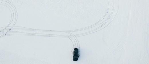 Ein Auto, dass im Schnee driftet, © Symbolfoto