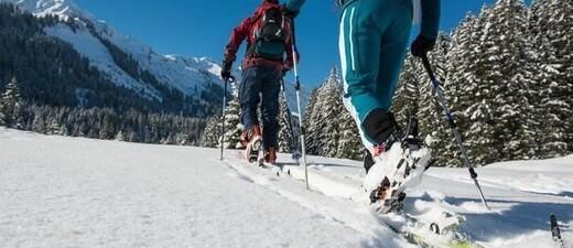 Skitourengeher ziehen ihre Spur in den unberührten Schnee, © Foto: DAV/Daniel Hug