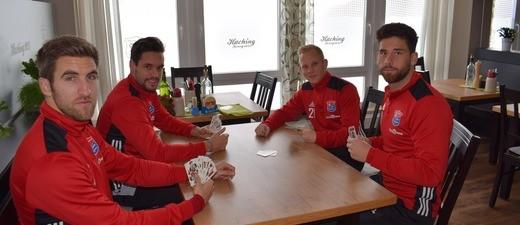 Alex Winkler, Seppi Welzmüller, Sascha Bigalke und Stefan Schimmer karteln sich schon warm., © SpVgg Unterhaching