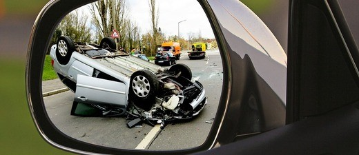 Ein Unfallauto, das auf dem Dach liegt, © Symbolbild