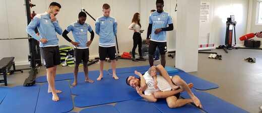 Mohamed Trabelsi kämpft mit den Spielern des TSV 1860