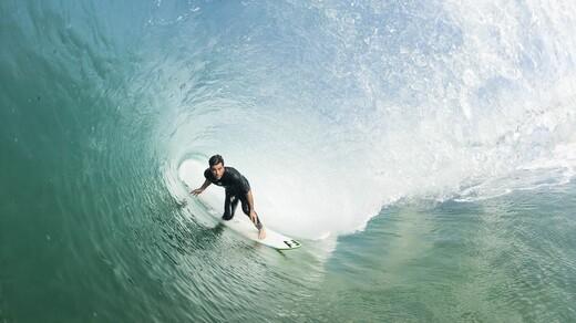 Big Wave Surfer Benjamin Sanschis surft auf einer Riesenwelle