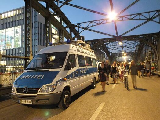Ein Bundespolizeiauto an der Hackerbrücke zur Wiesnzeit