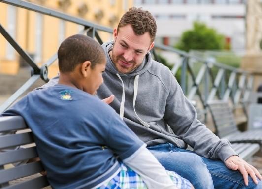 Soldaten helfen jungen Kindern und engagieren sich Sozial, © Bei Gesprächen wird den Kindern geholfen - Foto: Balu und Du