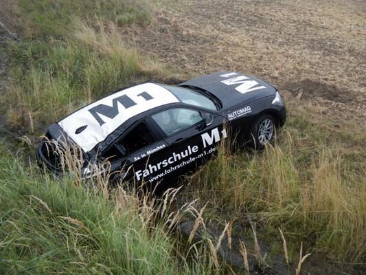 Gestohlener BMW im Graben, © Hier eines der gestohlenen Autos im Straßerngraben - Foto: Freiwillige Feuerwehr Loosdorf