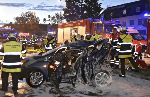 Zwei Tote bei Unfall auf Wasserburger Landstraße in München - Einsatzbilder, © Foto der Berufsfeuerwehr München