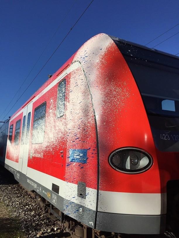 """S-Bahn mit Farbe verschmiert, © Einer der S-Bahnen nach der """"Farbattacke"""" Foto: Deutsche Bahn"""