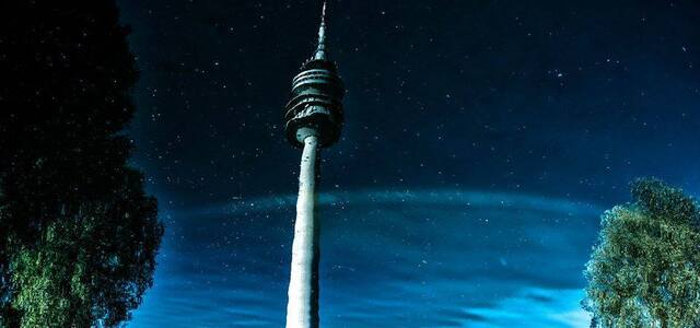 Der Olympiaturm in München gespiegelt im See, © Der Olympiaturm in München gespiegelt im See - Foto TOJE Photografie