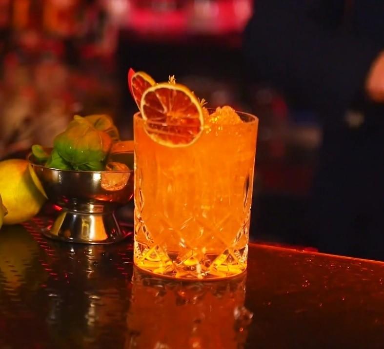 Ein frisch gemixter Red Sea mit Gin Mare