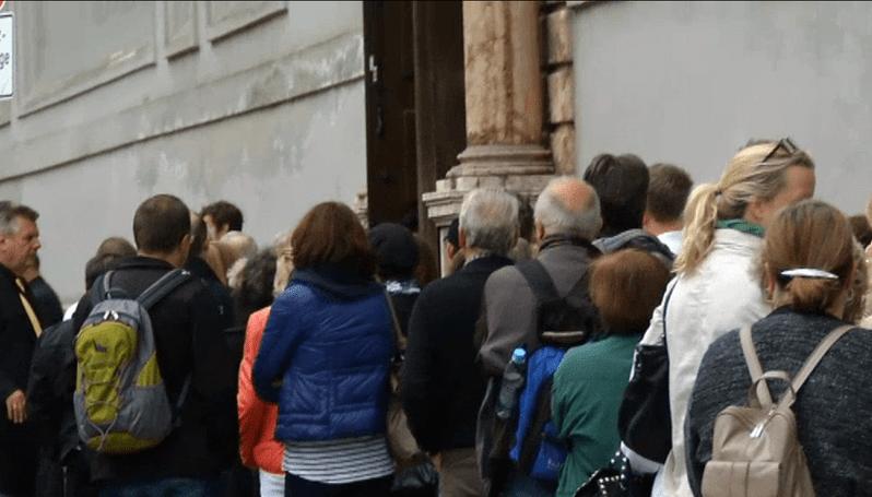 Schlange vor der St. MIchaels Kirche zur Trauerfeier für Pierre Brice